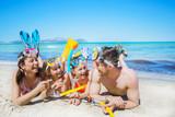 Familie mit Taucherausrüstung am Strand - 148544672