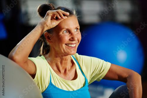 Póster Happy woman in sportswear spending leisure in gym