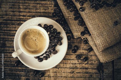 Café expresso sur une vielle table en bois