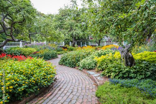 Foto Murales Winding pathway in beautiful Portsmouth Garden