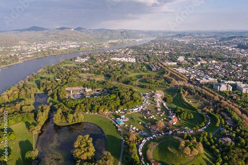Fotobehang Amusementspark Bonn - Blick über den Freizeitpark Rheinaue zum Siebengebirge