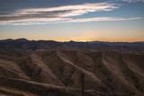 weite Hügellandschaft bei Sonnenuntergang