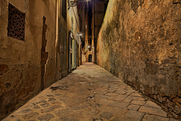 Florence, Tuscany, Italy: narrow alley at night
