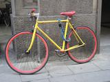 bicicletta gialla con ruote rosse