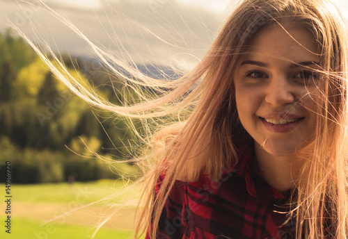 Leinwanddruck Bild Nahaufnahme über ein  13 jähriges Teenager im Gegenwind an einem sonnigen Tag