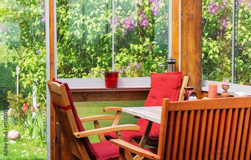 Fotobehang Terrasse, Wintergarten im Mai zur Fliederblüte