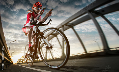 Tło sportowe. Rowerzysta drogi.