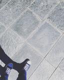 Caminar por la calle sobre suelo de rachola gris