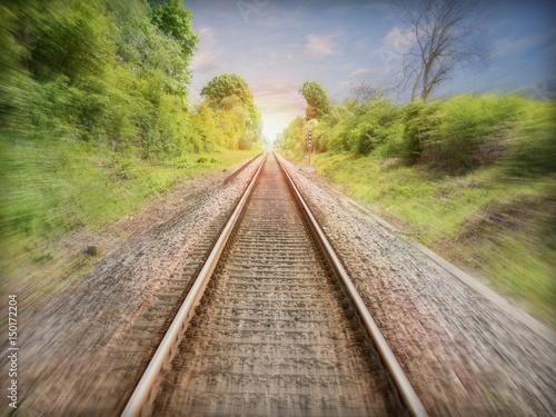 Bahngleise die in den Sonnenuntergang führen.