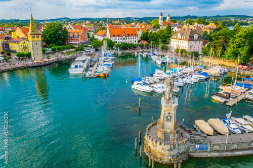 Aluminium Poort Aerial view of the german port Lindau including Mangturm tower and a lion statue.