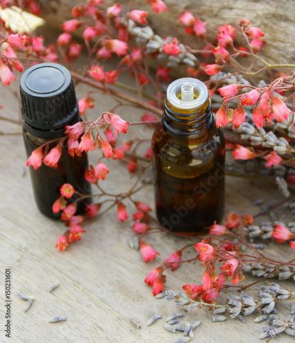 Fotobehang Lavendel flacons d'huiles essentielles bio,de fleurs,lavande et fleur rose