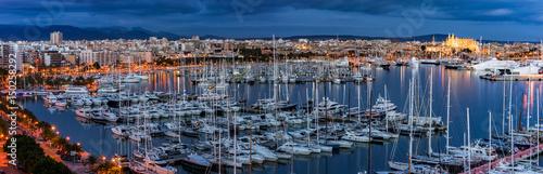 Spanien Palma de Mallorca Hafen und Stadt bei Nacht