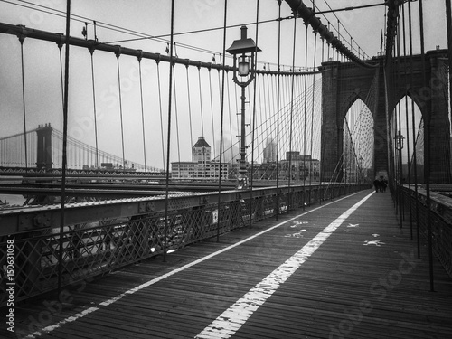 Deurstickers Brooklyn Bridge Brooklyn bridge walkway in black and white