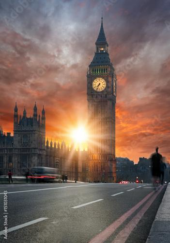 Dramatischer Sonnenuntergang hinter dem Big Ben in London, Großbritannien Poster