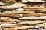 фон каменный забор из гранитного декоративного камня