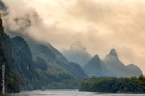 Fotobehang Guilin la rivière Li et les montagnes de Guilin en Chine sous un ciel orange