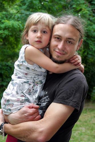 Poster Junger glücklicher Vater hält kleine Tochter auf dem Arm