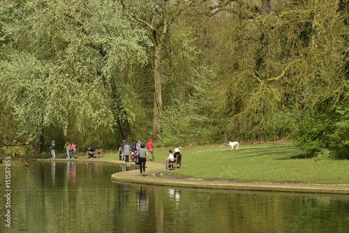 Foto Murales Promenade et détente au printemps le long de l'étang du parc Malou à Woluwe-St-Lambert