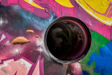 un trou réel intégré dans une peinture murale multicolore