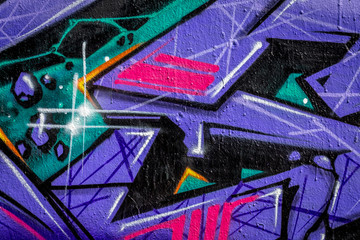détail de graffiti, des formes violettes, verte, rouges