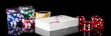 Spielkarten, Würfel und Jetons vor Schwarz, Konzept Spielwetten und Glücksspiel