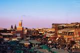 La più celebre piazza del Marocco al calar del sole si anima di bancarelle e turisti in attesa del tramonto.