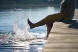 mit den Füßen im See plantschen