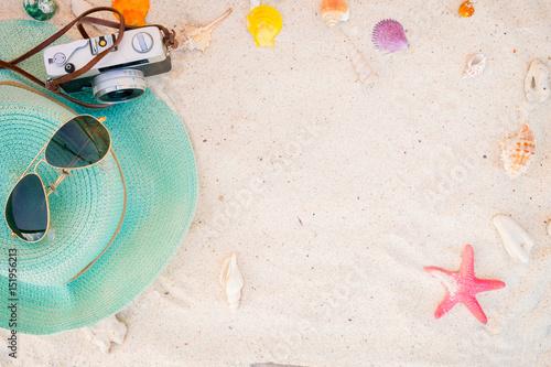 akcesoria plażowe na piaszczystym - letnie tło