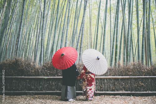 京都嵐山の竹林のカップル