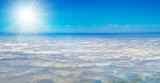 Blauer Himmel über den Wolken mit herrlichem Sonnenschein