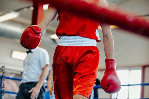 Póster break between rounds male boxer goes corner ring
