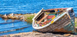Barco velho na beira do lago.