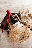 Panier gastronomique avec produits du terroir et bouteillle de vin rouge - 152463610