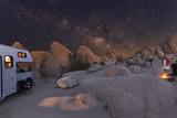 Campen mit dem Wohnmobil unter Sternenhimmel und Milchstraße im Joshua Tree National Park, Kalifornien