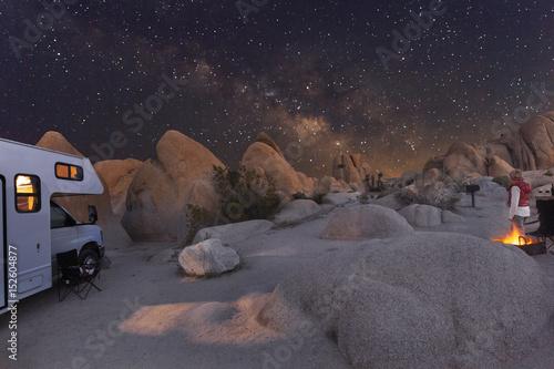 Campen mit dem Wohnmobil unter Sternenhimmel und Milchstraße im Joshua Tree National Park