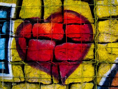 rotes Herz hinter Gittern