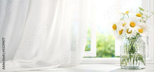 Foto Murales Bouquet of daisy flowers near window