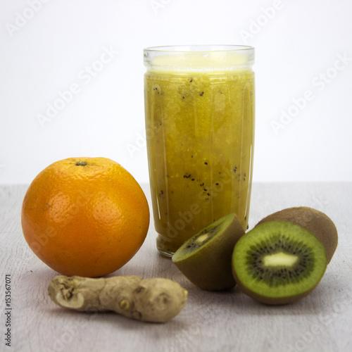 Poster Zumo de Naranja, jengibre y Kiwi. Un sabor delicioso.