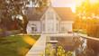 Haus mit Gartenteich im Sommer