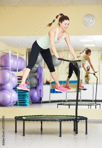 Aktywność fizyczna. Kobieta, skoki na trampolinie