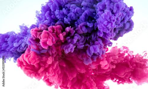 rozchlapać kolor atramentu w wodzie - wymieszać tło