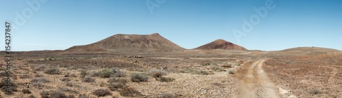 Canvas Canarische Eilanden Off road track in the middle of dry, barren, volcanic landscape, the Canary Islands