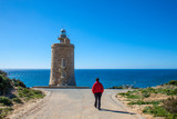 Hombre paseando en el faro de Camarinal, Zahara de los Atunes, Cádiz, Andalucía, España