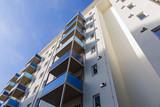 Fassade eines Wohnhauses mit Balkonen - 154320247
