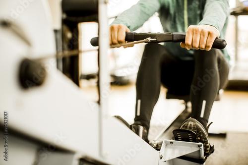 Młody człowiek trenuje na siłowni