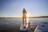 Standup paddler im Sonnenuntergang - 154354861