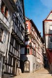 Enge Gasse mit Fachwerkhäusern in Limburg Lahn