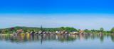 Panorama von Bootshäusern am Seeufer