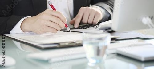 Leinwanddruck Bild Banner Hände Geschäftsmann kalkuliert mit Taschenrechner