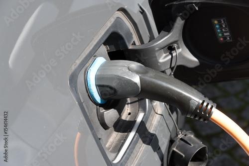 Ein Elektro Auto an einer Ladestation - 154614432